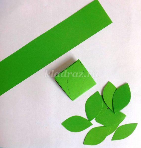 из зеленой бумаги вырезаем листики