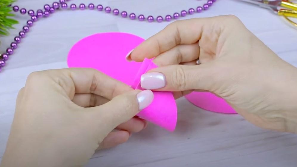 круг из розовой бумаги складываем пополам