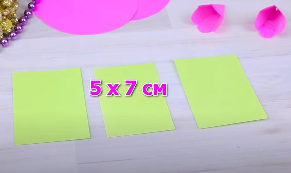 из зеленой бумаги вырезаем прямоугольники
